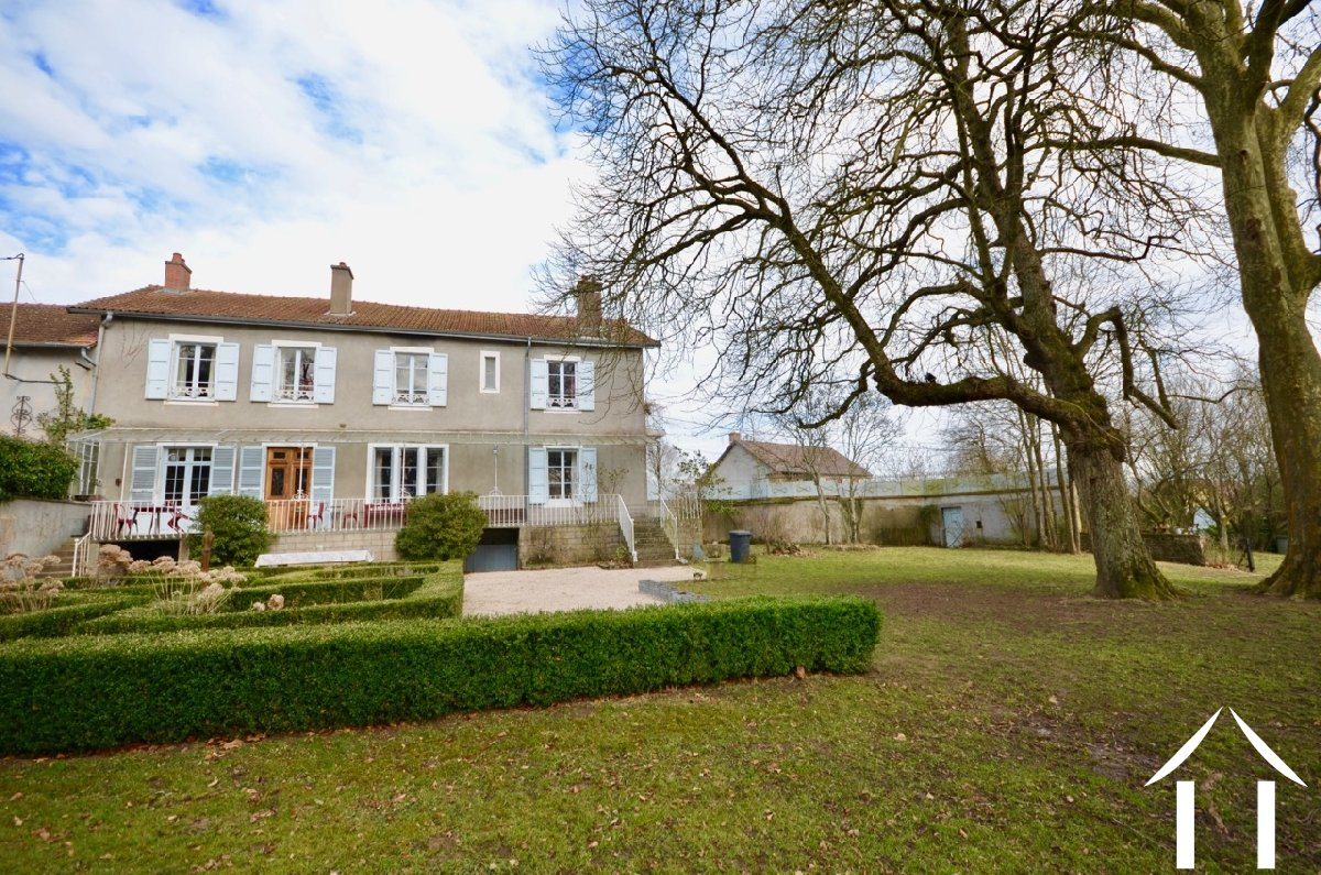 Manor house with 3 guest houses and pool on 1,3 ha