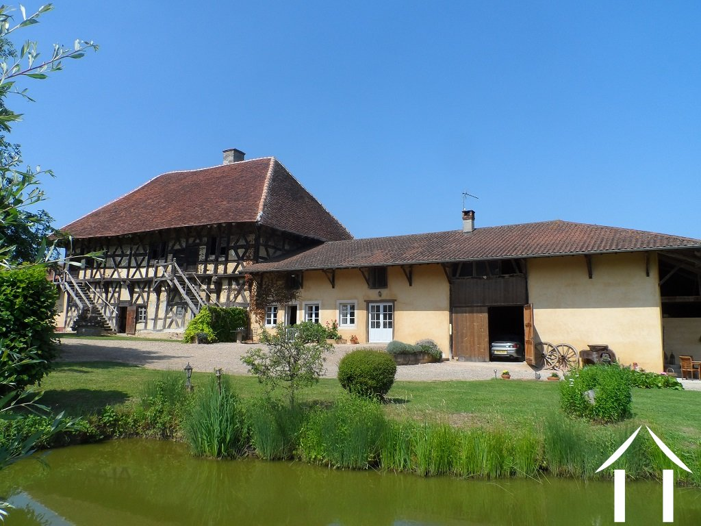 Two farmhouses, a manor, several barns and 2 hectares