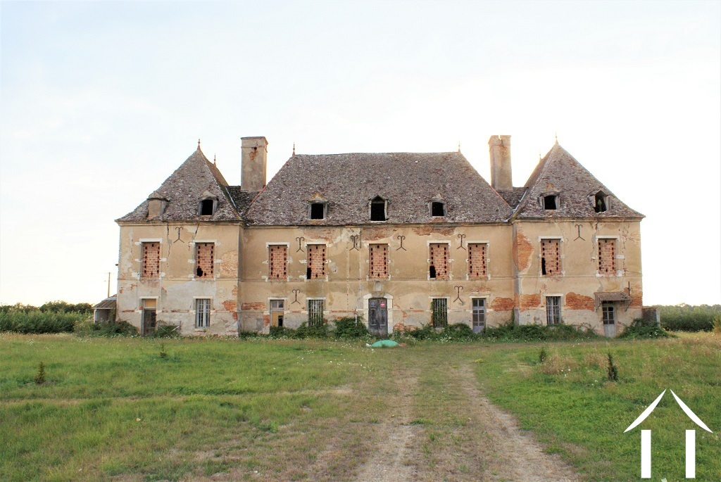 16th century castle to renovate on 5 hectares