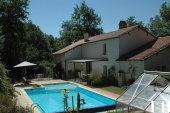 vue sur la maison et piscine