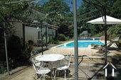 terrasse à côté de la piscine
